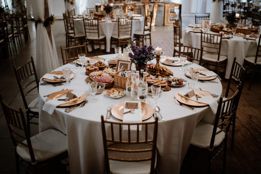 Przyzdobione stoły weselne
