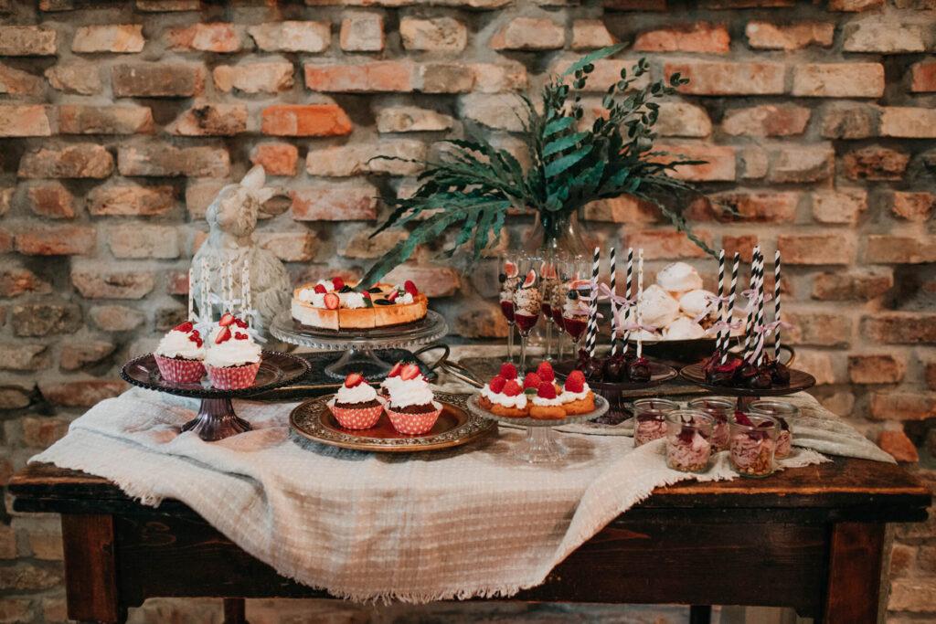 Stół z pysznymi deserami